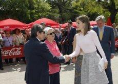 Doña Letizia nos sorprende con su look primaveral más juvenil en la inauguración de la Feria del Libro