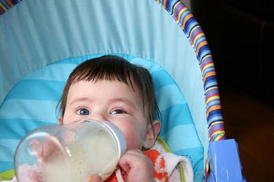 Un estudio revela por qué los bebés alimentados con fórmulas adaptadas engordan más