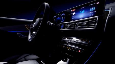 El Mercedes-Benz EQC desvela algunos de sus secretos en varios teasers, 'pantallón' digital incluido