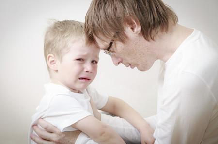 """15 frases positivas que decirle a tu hijo cuando llora en lugar de """"no llores"""""""