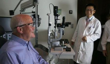 Volver a ver tras 33 años de ceguera gracias a un ojo biónico