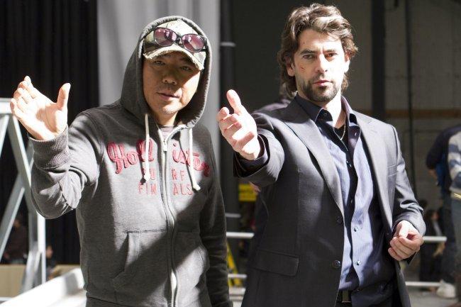 Kim Jee-woon y Eduardo Noriega en el rodaje de El Último Desafío