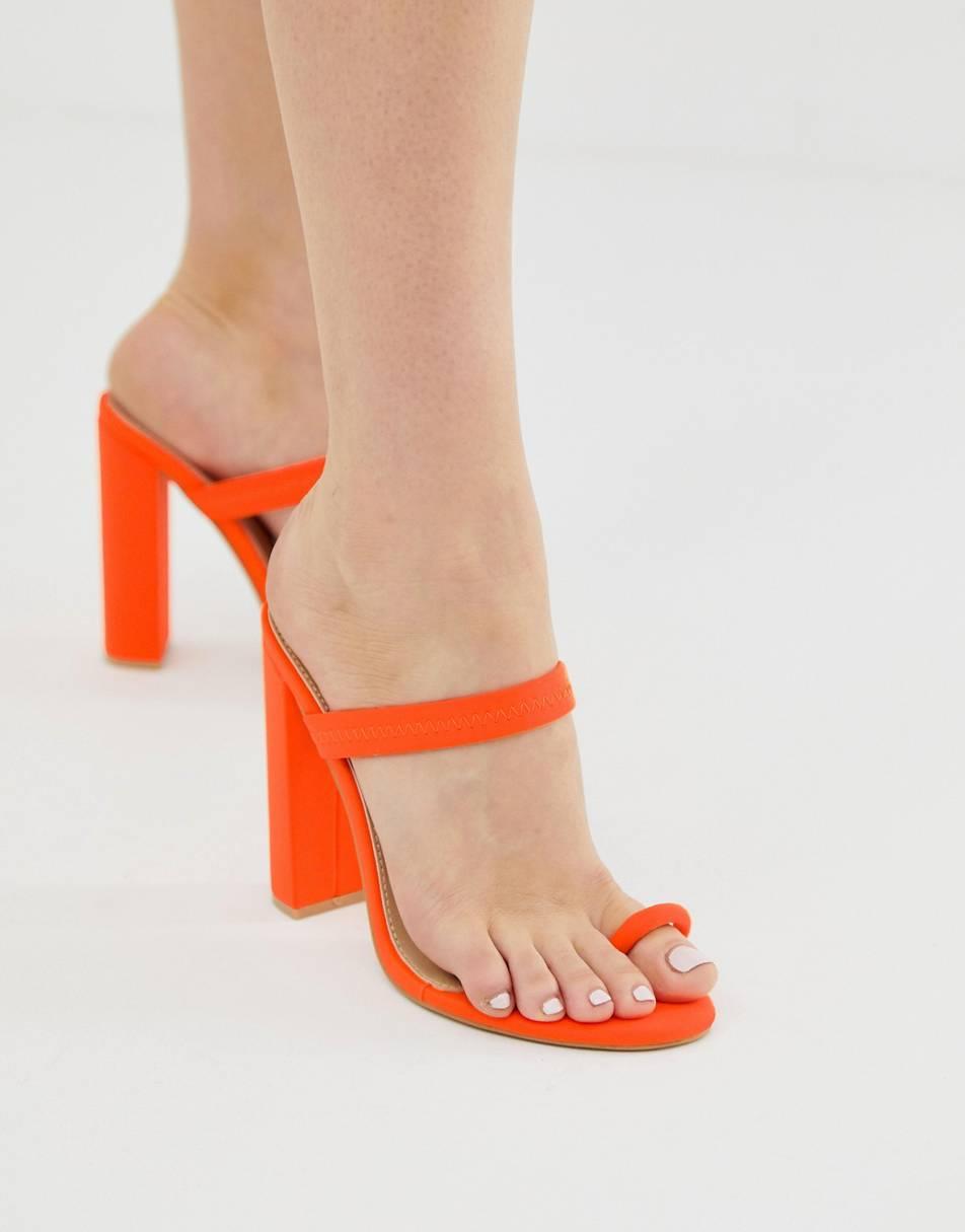 Sandalias con tira en el dedo en naranja neón