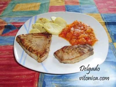 Atún a la plancha con patatas asadas y salsa de tomate. Receta Saludable