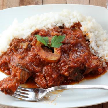 Ossobuco en salsa casera de tomate frito, la receta del guiso de carne más tierno y meloso