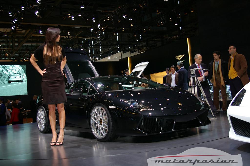 Foto de Lamborghini Gallardo LP560-4 en el salón de Ginebra, y muy bien acompañado (15/26)