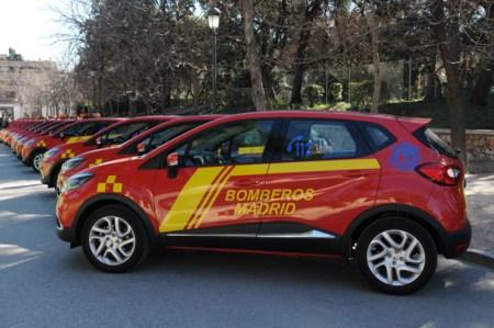 Los Bomberos del Ayuntamiento de Madrid aparcan el camión para moverse en Renault Captur