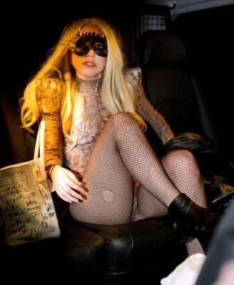 Lady Gaga casi desnuda en su último concierto ¿Se le habrán acabado los modelitos?