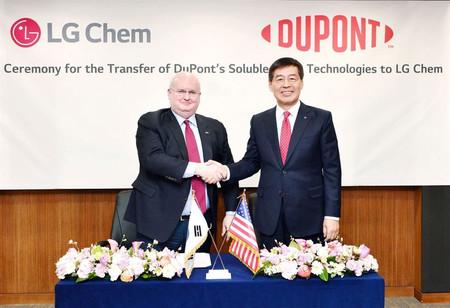 LG quiere empezar a producir paneles OLED impresos más grandes y baratos y para ello se hace con el negocio de DuPont