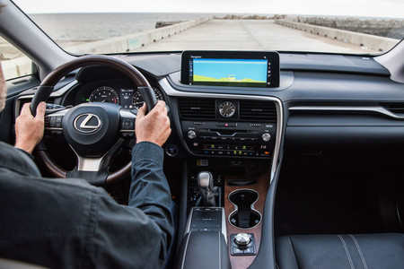 Lexus RX450h 2020 conduciendo