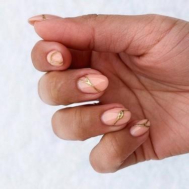 La manicura Kintsugi japonesa llena nuestras uñas de grietas doradas y es preciosa