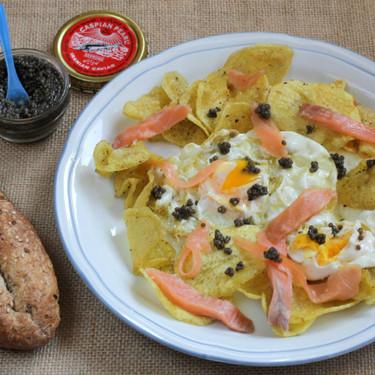 Huevos rotos con chips caseras, salmón y caviar, receta para una cena en pareja
