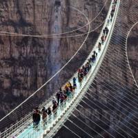 El puente de cristal más grande del mundo ya provoca vértigo en China