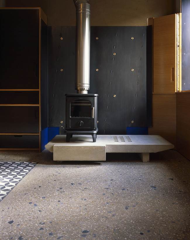 9 Walmer Yard By Peter Salter Concrete Hearth To Woodburning Stove With Black Steel Fire Back House A Kitchen Photography Helene Binet 1500