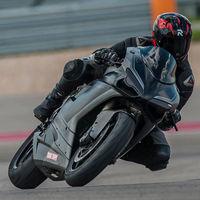 Protege y no deja residuos, así son los adhesivos TrakTape que convierten tu moto en una Superbike de circuito
