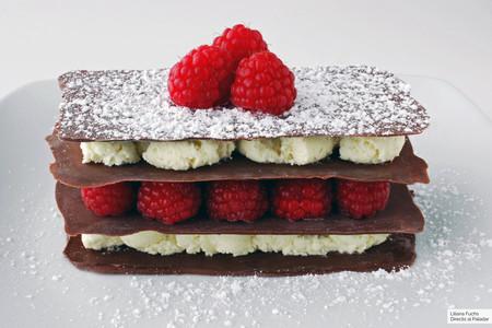 Milhojas de chocolates con frambuesas: receta fácil para sorprender con un postre especial