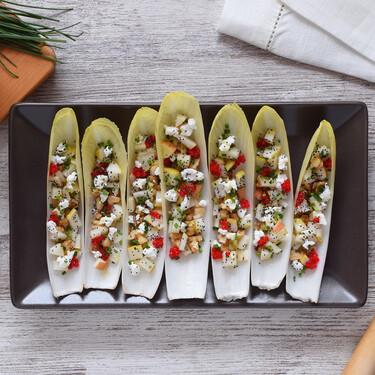 Barquitas de endivias con ensalada de pera, nueces y queso: receta de aperitivo fresco y saludable