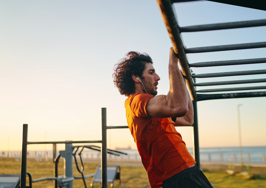 Por qué hacer calistenia en casa, en la calle o en el gimnasio: todos los beneficios de este entrenamiento y cinco ejercicios con los que empezar