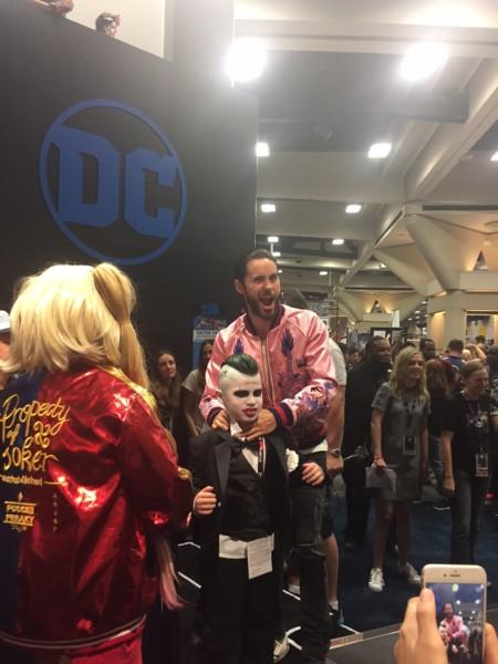 Jared Leto con un pequeño fan del Joker