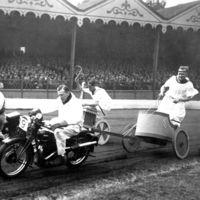 Motos en vez de caballos y aún más peligro: así llegaron las carreras de cuadrigas a Australia a principios del siglo XX