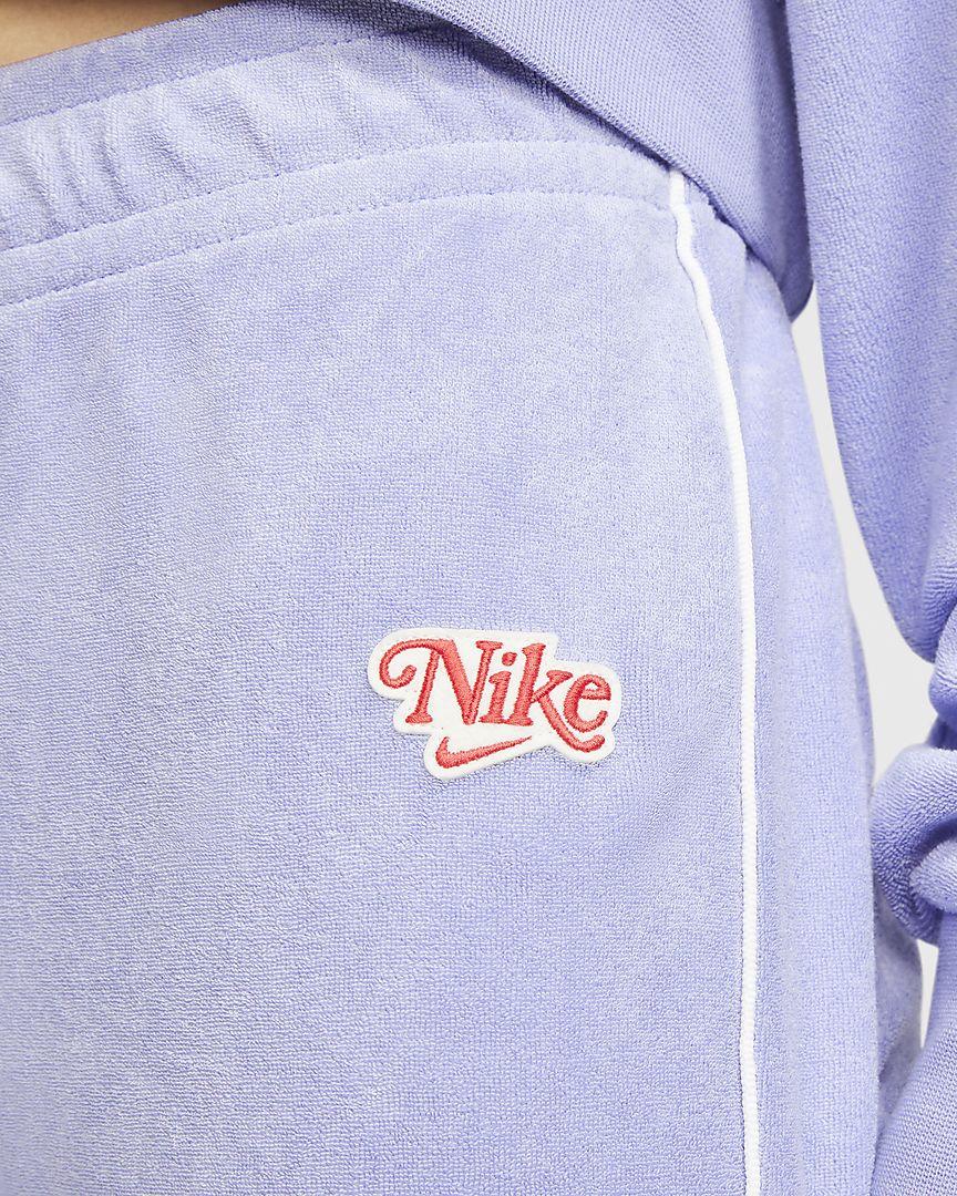 Confeccionado con un suave tejido Terry tipo toalla, el pantalón Nike Sportswear es la prenda perfecta para tu armario de verano. El ribete en color de contraste en las perneras y el parche de estilo vintage completan tu look retro.