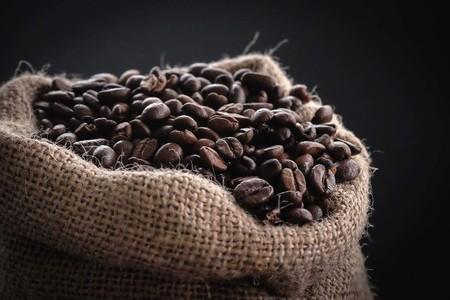 grano de café tostado antes de ser molido