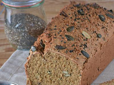 Pan rápido con semillas de chía, lino, calabaza, sésamo y avena. Receta para un desayuno lleno de energía