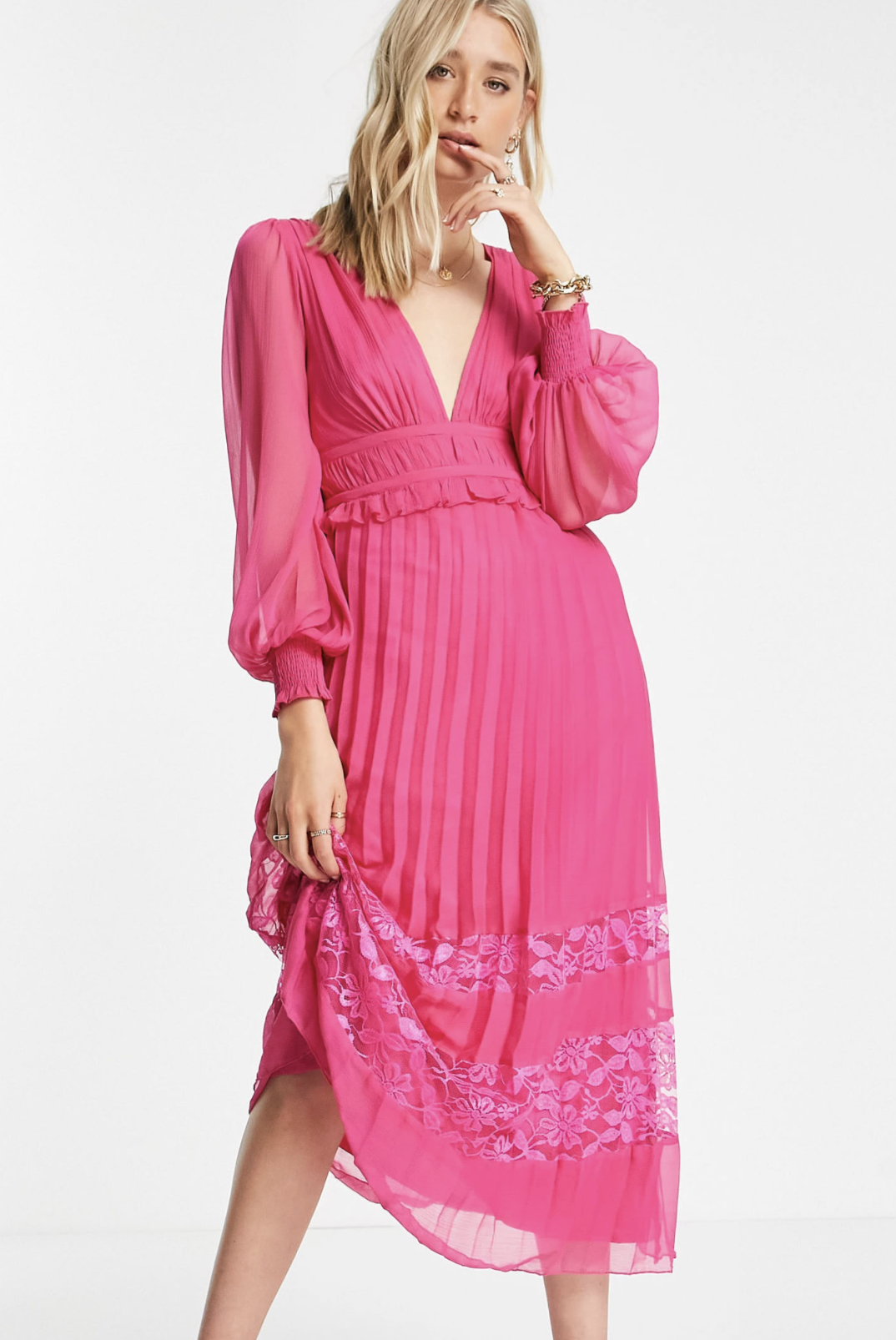 Vestido midi rosa intenso plisado con escote pronunciado y aplicaciones de encaje en el bajo exclusivo de ASOS DESIGN