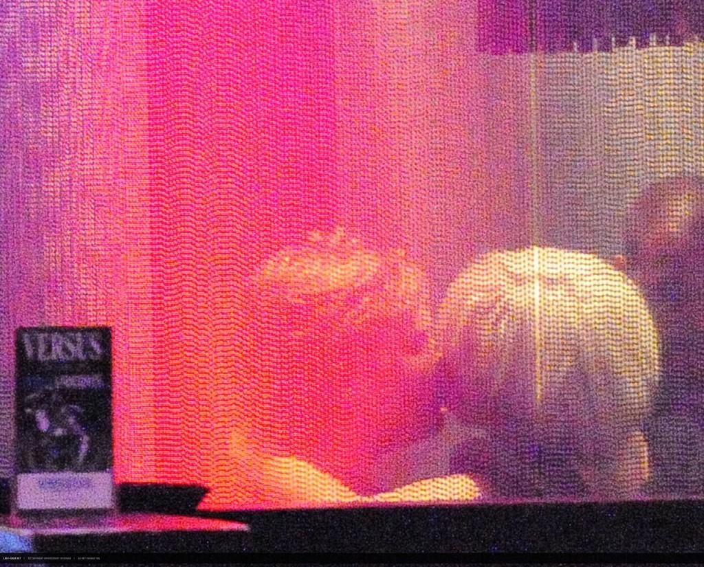 Lady Gaga besa a un hombre misterioso