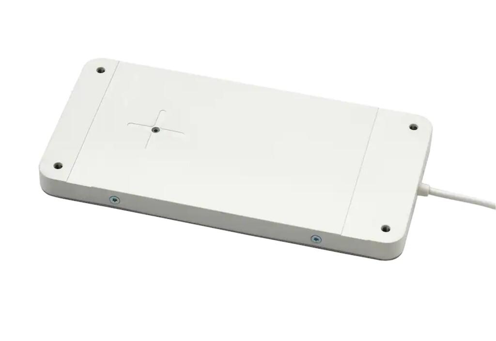 Lo mejor del nuevo cargador inalámbrico de IKEA es que puedes esconderlo bajo la mesa (si no es muy gruesa)