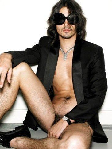 Mario Testino da forma a una sesión de fotos, para Vogue Hommes, muy subida de tono