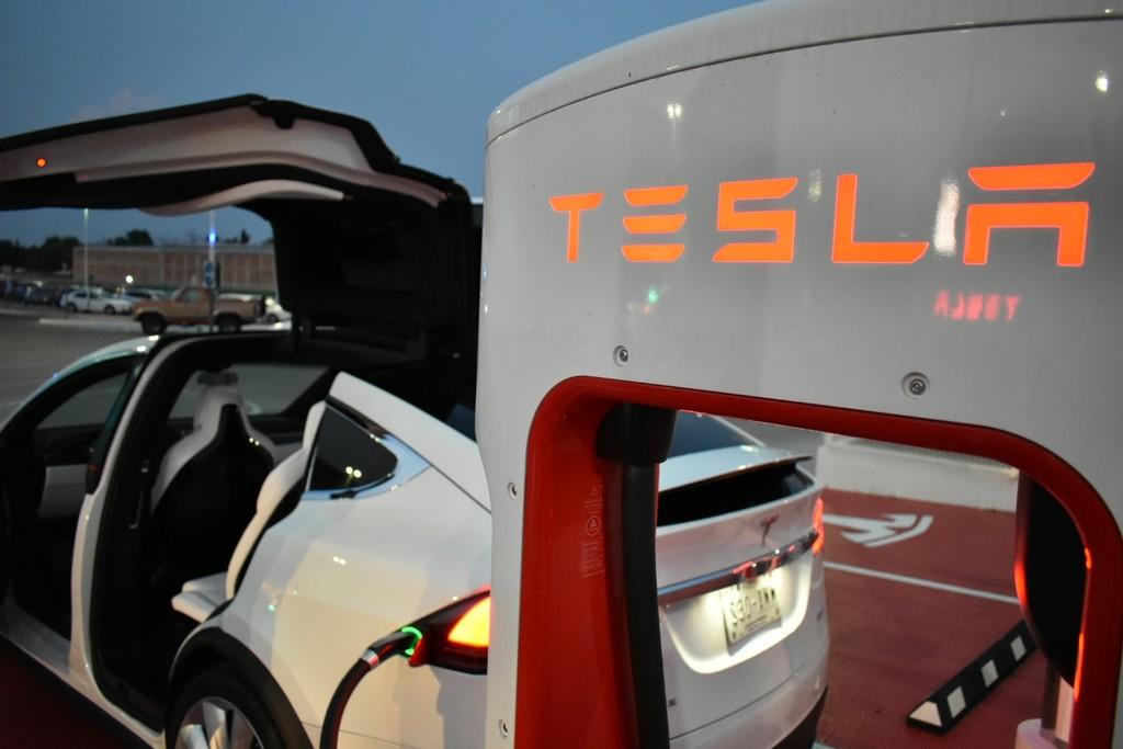 Elon Musk ya prepara la tercera generación de su Tesla Supercharger: hasta el doble de rápido con miras a duplicar su red en 2019
