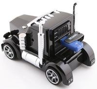 Una cabina de camión a escala como reproductor de mp3 y radio