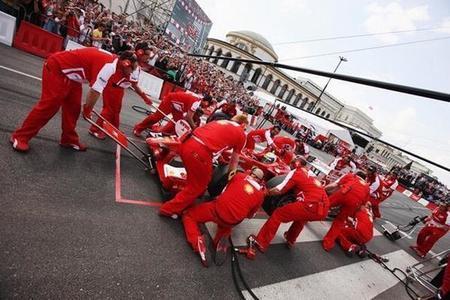 Ferrari y Lotus lanzan sus puyas a Red Bull a través de Twitter