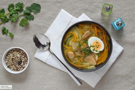Sopa ligera de verduras con fideos o espirales de calabacín y calabaza