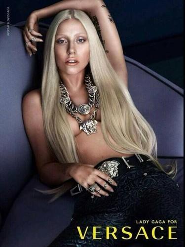 Cómo no, no podía faltar Lady Gaga con la mamella al aire para Versace