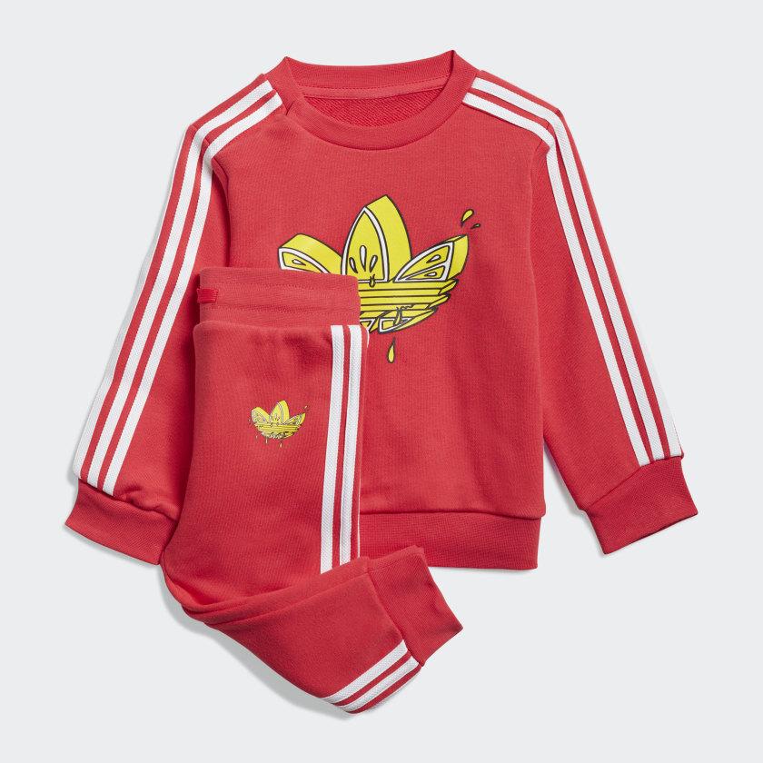 Conjunto con el logo de Adidas ilustrado
