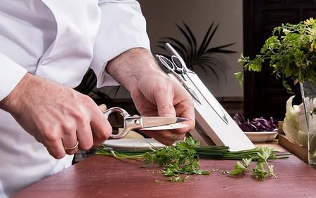 Tijeras de cocina, el utensilio que casi todo el mundo tiene pero pocos valoran: por qué merecen la pena y cuáles son las mejores