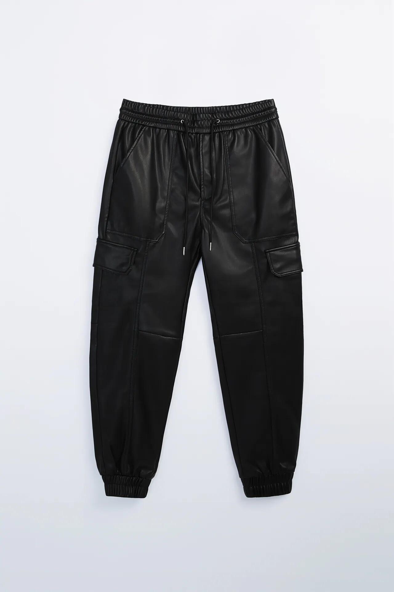 Pantalón tipo cargo de efecto piel