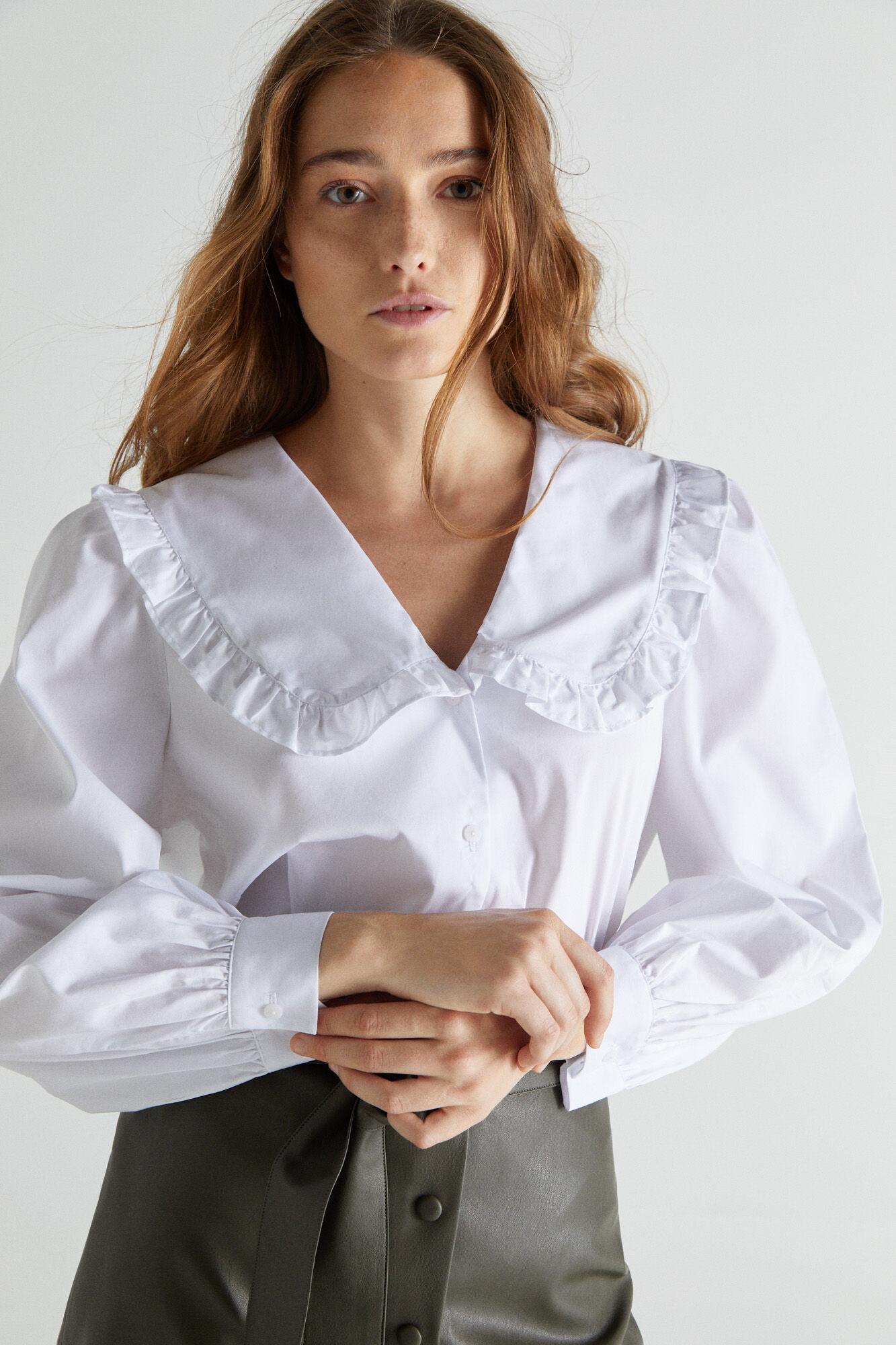 Camisa blanca de cuello babero