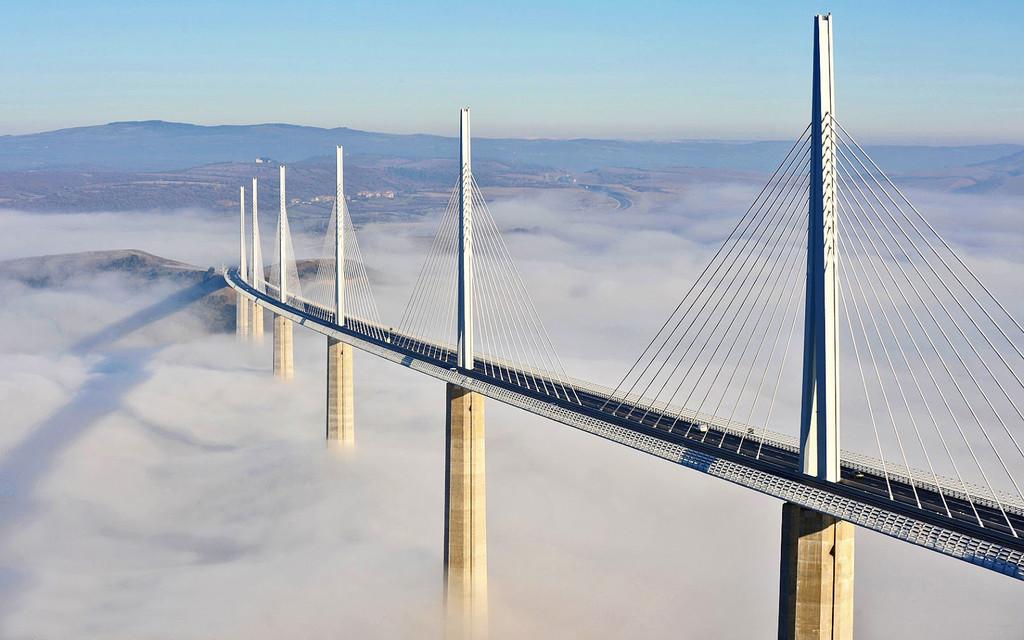 Así es el Viaducto de Millau: una obra maestra de ingeniería con 343 metros de grande además un inmenso valle