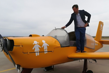 """""""Van a por tus hijos"""": el mensaje transfóbico dirigido a los padres, ahora desde una avioneta"""