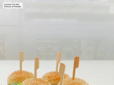 Con nuestra vídeo receta de mini hamburguesas de aguacate y quinoa os convertiréis en los reyes y reinas de la cocina saludable