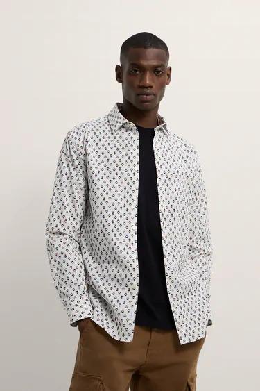 Camisa blanca con estampado geométrico