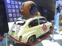 SEAT 600D <em>abotijarrado</em> como reclamo publicitario