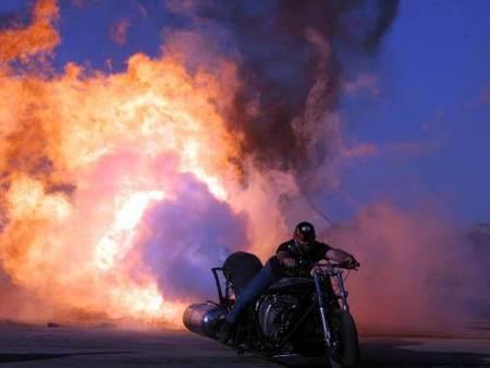 Motocicleta a reacción, del infierno a la carretera