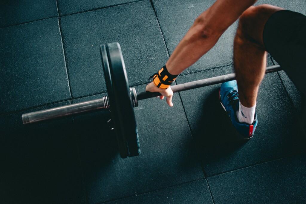 Empieza a practicar peso muerto: las claves para trabajar glúteos y piernas de forma eficiente