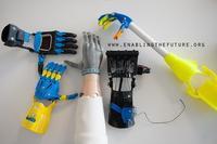 Un grupo de voluntarios crea alucinantes manos prostéticas para niños