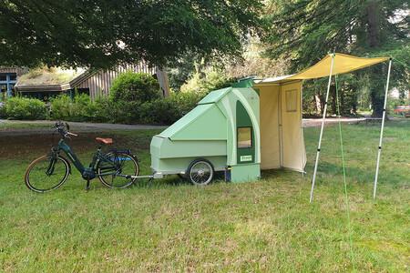Este remolque camper para bicicletas es una opción eco para viajar, pero por España no es legal aún