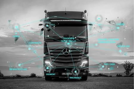 """Daimler quiere que sus camiones """"actúen en su propio nombre"""" y les está enseñando a realizar pagos"""